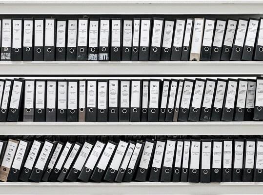 fotografía de estantería con archivadores