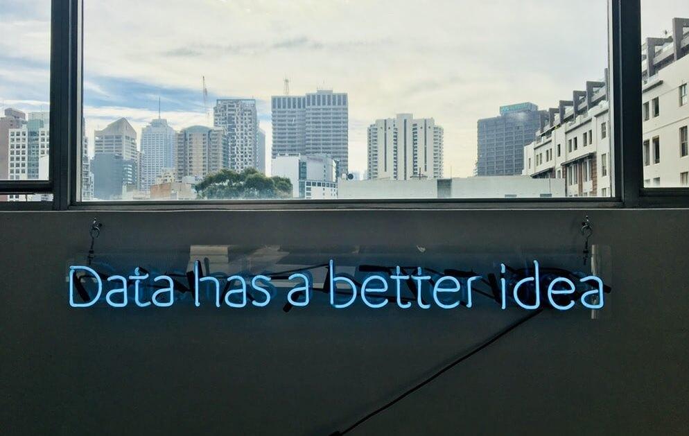 cartel luminoso con los datos dan mejores ideas